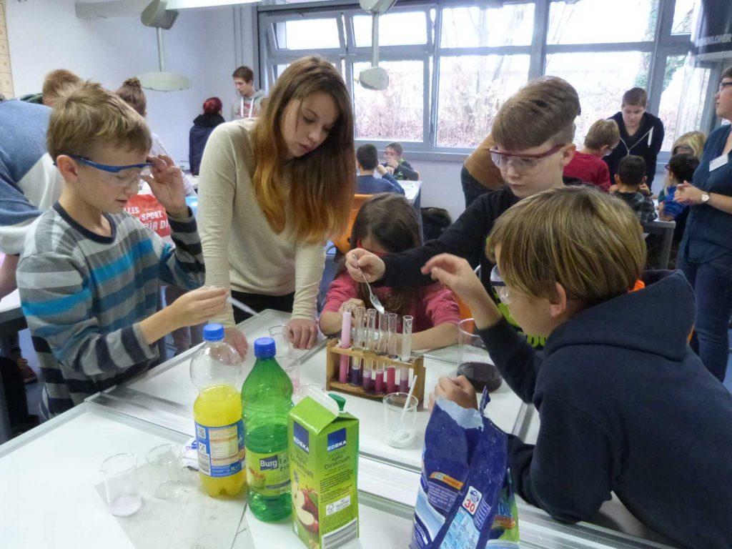 225 Grundschüler schnuppern in naturwissenschaftliche Fächer hinein