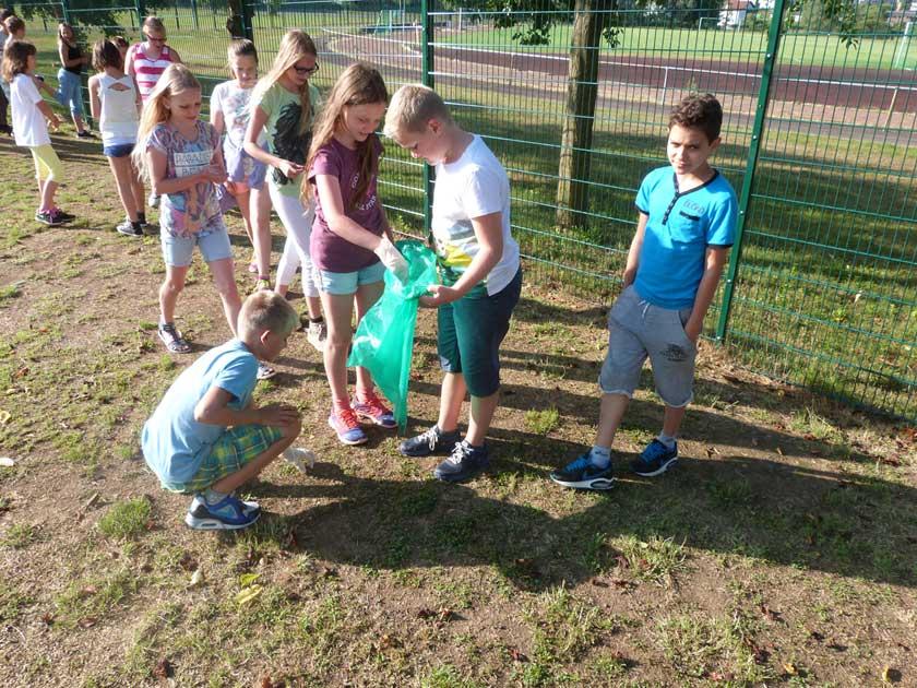 Schüler säubern Umgebung der Schule