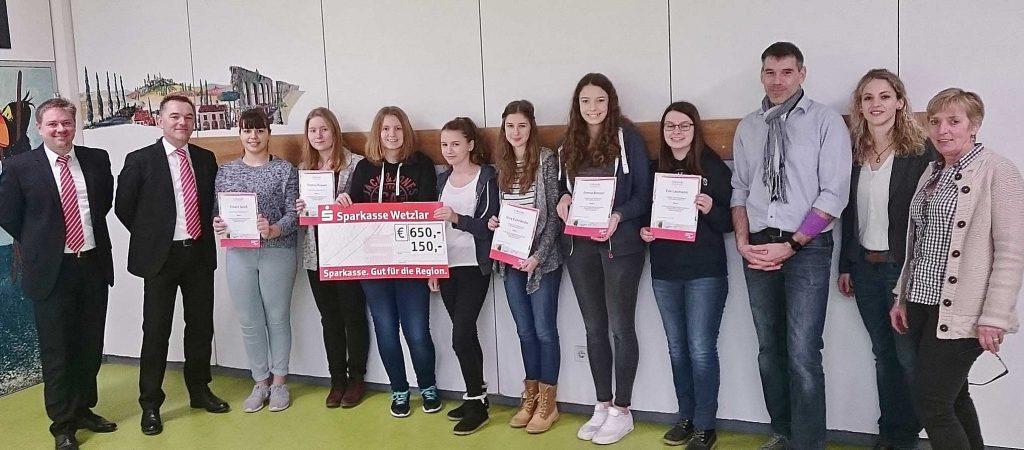 Schülerinnen der Klasse 10b gewinnen Planspiel Börse der Sparkasse