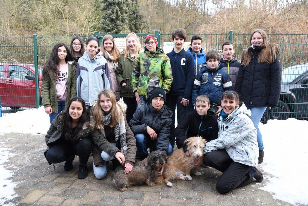 """W1-Kurs """"Gesellschaft, Natur und Umwelt"""" spendet Einnahmen an das Tierheim Dillenburg"""