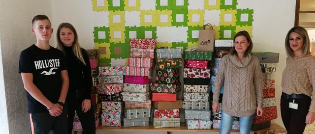 Schüler der Johannes-Gutenberg-Schule packen 62 Weihnachtspäckchen für Kinder in Osteuropa