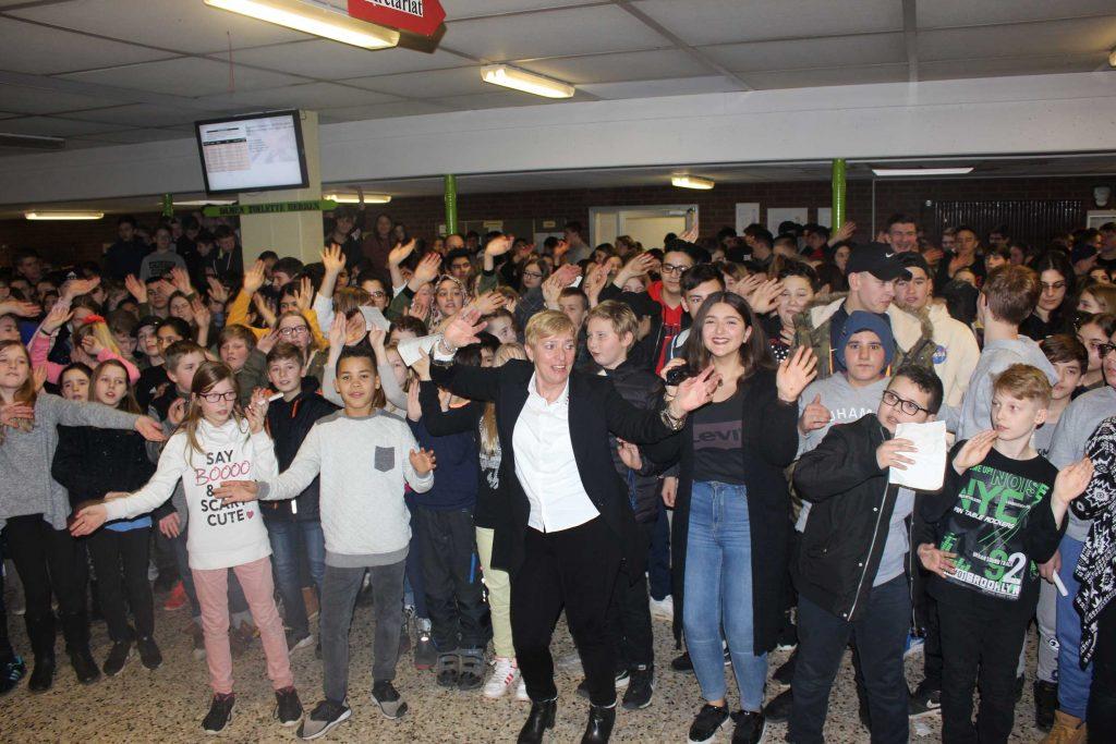 Schüler verabschieden Frau Abraham mit einem Flashmob