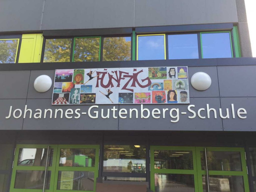 Jubiläum jetzt auch am Schuleingang sichtbar
