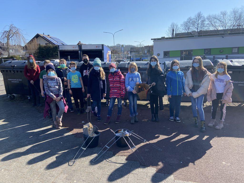 Schülerinnen und Schüler sammeln Müll in Ehringshausen